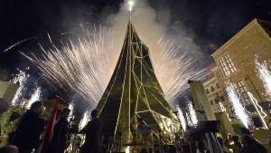 En 35 meter hög och 14 meter bred  julgran i norra Beirut, Libanon. Granen är gjord av guldfärgade speglar tillverkade av stål