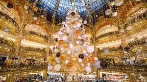 Julgran under kupolen i varuhuset Galeries Lafayette i Paris.