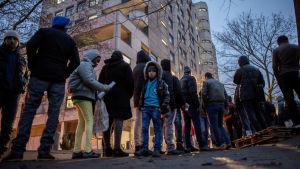 Flyktingar köar i Berlin för att bli registrerade av de tyska myndigheterna.
