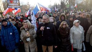 Tusentals mänskor trotsade vinterkylan och drog ut på gatorna för att protestera mot den konservativa regeringen