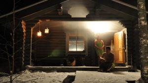 jäähdyttelyä löylyjen välissä talvisessa illassa