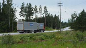 Trafik på riksväg 25 vid Mjöbolsta.