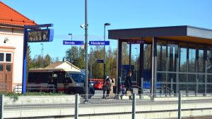 Folk går på perrongen vid Bennäs tågstation