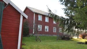 Ett egnahem målat i rödmyllefärg.