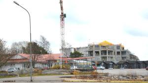 Caféet Roxx i Hangö syns i förgrunden och i bakgruden arbetsplatsen där man bygger bostäder på Fabriksudden.