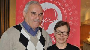 Frivilligarbetaren Georg Löfman och Regina Laurén från Röda korset