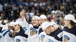 Finlands juniorlandslag i ishockey uppställda efter VM-finalen 2016.