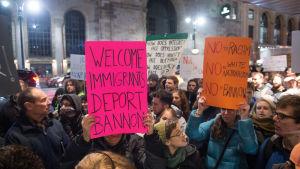 Demonstration i New York mot Steve Bannon.