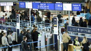 Säkerhetskontrollen på Helsingfors-Vanda flygplats som har drabbats av strejken.