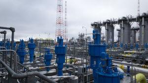 Gazpromin kaasukompressiaseman laitteita Viipurin Portovayassa