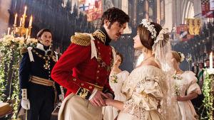 Kuvassa prinssi Albert (TOM HUGHES) ja  kuningatar Victoria (JENNA COLEMAN).