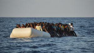 Flyktingar i gummibåt utanför Libyen i november 2016.