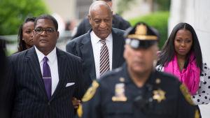 Bill Cosby och skådespelaren Keshia Knight Pulliam på väg till rättegången i Montgomery 5.6.2017.
