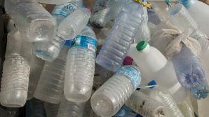En hög med gamla plastflaskor.