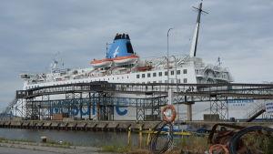 Wasa express står förtöjd vid piren i Vasa hamn. Bilden är tagen från färjans vänstra sida, sett från hamnen.