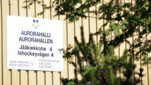 Skylt vid Aurorahallen i Borgå.