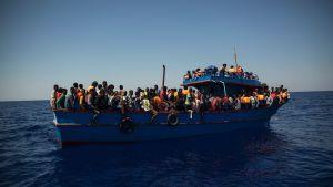 Flyktingar väntar på räddning.