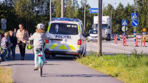 Polispatrull övervakar trafiken