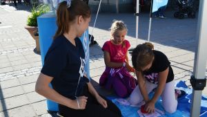 Jenna Hirvonen och Mila Muona lär sig första hjälp.