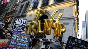 USA:s president Donald Trump besöker New York. Demonstranter utanför Trump Tower.