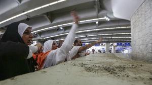 """Muslimer """"stenar djävulen"""" som är en av ritualerna under högtiden."""