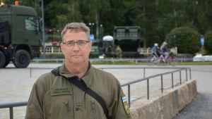 Distriktchef Henrik Nystén från Försvarsutbildningsföreningen står vid Indre hamnen i Vasa.