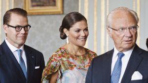 Prins Daniel, kronprinsessan Victoria och kung Carl Gustaf på slottet