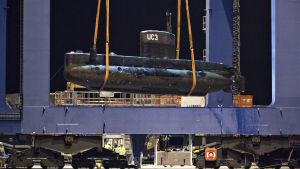 Ubåten UC3 Nautilus lyfts upp med en kran den 12 augusti i Köpenhamn.