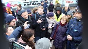 Migrationsverkets chef Jaana Vuorio besöker asyldemon i Helsingfors