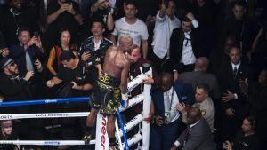 Floyd Mayweather uppe på repen efter segern över Conor McGregor.