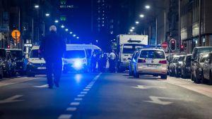 Poliser står på gatan i Bryssel där en knivman skadade en soldat på fredagen den 25 augusti 2017.