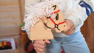 En käpphäst i nya redskapsskjulet i Katarinaskolan i Karis.