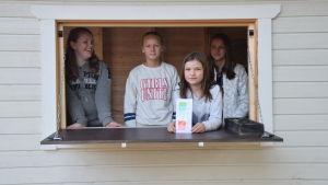 Ellen Hellberg, Olivia Sevón, Enya Hellberg och Mathilda Lassheikki i nya redskapsskjulet i Katarinaskolan i Karis.