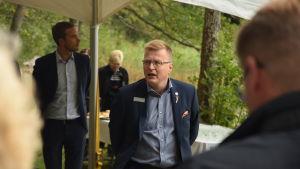 Kari Selkälä från Fiskars koncernen hälsar välkomna vid överlåtelsen av Dagmars park
