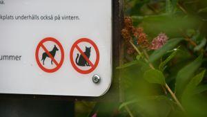 Skylt som visar förbjudet för katter och hundar.