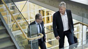 Mutåtalade Jari Leivo (t.h.) anländer till Helsingfors tingsrätt tillsammans med sin försvarsadvokat.