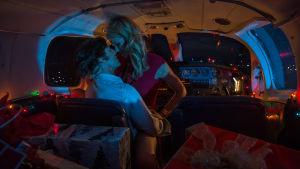 Barry och Lucy Seal idkar sex i cockpiten.