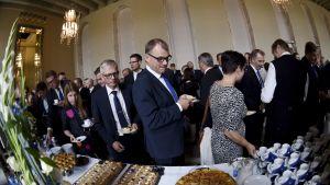 Statsminister Juha Sipilä (C) deltar i kaffebjudningen vid det renoverade Riksdagshusets återinvigning.