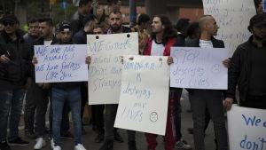 evitskogin vastaanottokeskuksen sulkemista vastustava mielenosoitus