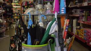 Mängder i varor i en liten bybutik.