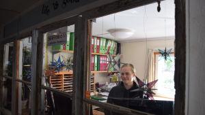 Ragna-Lise Karlsson på sitt kontor.