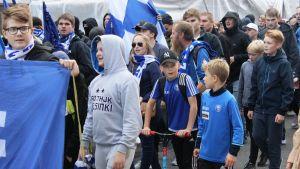 HJK-supportrar från Klubipääty marscherar till derbyt mot HIFK. Flera av anhängarna är barn.