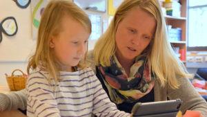 Matilda Mattsson och Anna Wulff lär sig tillsammans.
