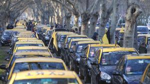 Uber har utlöst protester bland taxiförare världen över. Här har taxiförare i Chiles huvudstad Santiago blockerat vägen till flygplatsen i protest mot Uber.