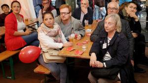 Ledsna och chockerade miner på socialdemokraternas valtillfälle i Berlin efter den första prognosen.