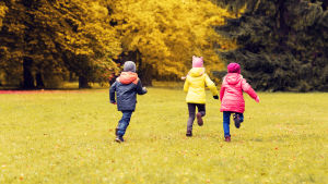 Barn som springer på en åker.