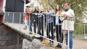Elever och en förälder på en ladugårdsbro.