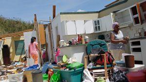 En familjen söker efter sina tillhörigheter efter att orkanen Maria förstört deras hus i Toa Baja i Puerto Rico.