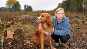 Jessica Granlund med sin hund på kallhygget