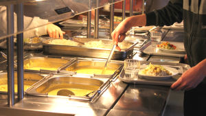 Ströhös elever tar mat